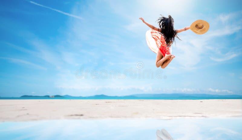 Femme sexy sautant sur la plage de mer photo stock