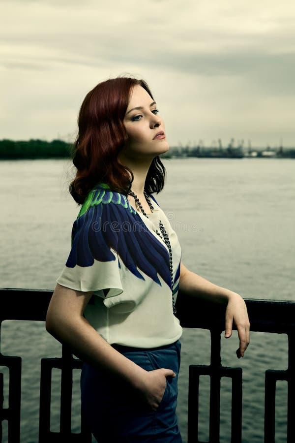 Femme sexy seul sur un quai. photo stock