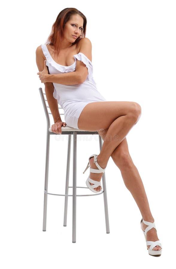 Femme sexy sur la chaise d'arbitre photos stock