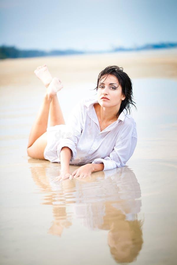 Femme sexy sur la plage photo stock