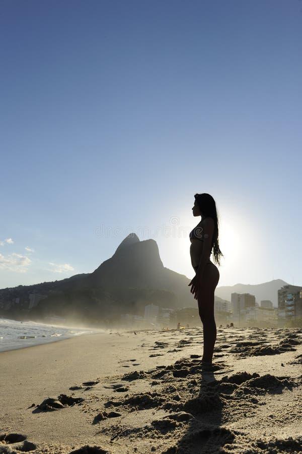 Femme sexy sur la plage, Rio de Janeiro photos stock