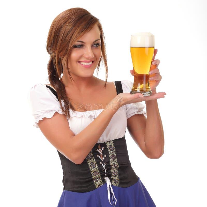 femme sexy utilisant un dirndl avec la tasse de bière image libre de droits