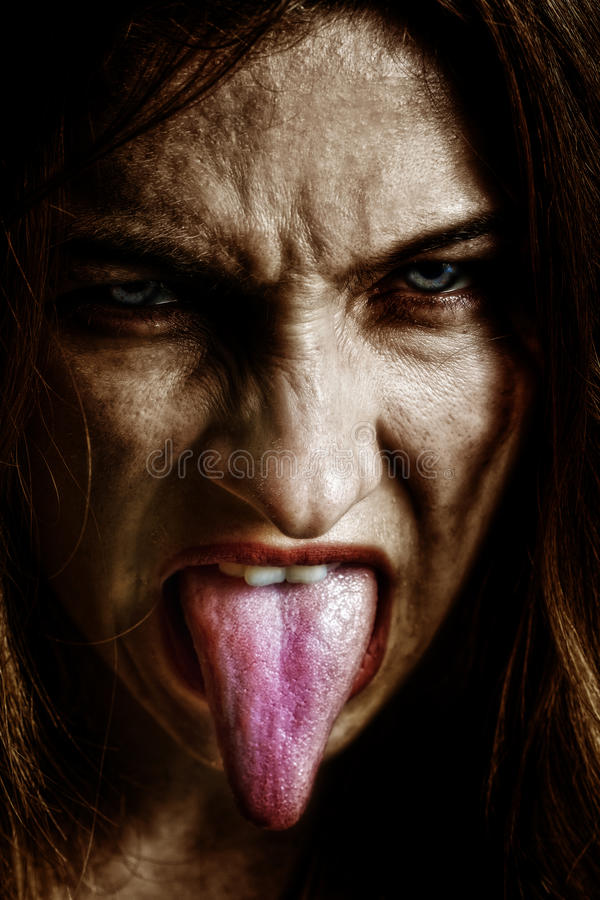 Femme sinistre effrayante mauvaise avec la langue à l'extérieur image libre de droits