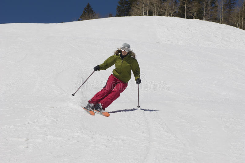 Femme skiant en bas de Ski Slope image libre de droits