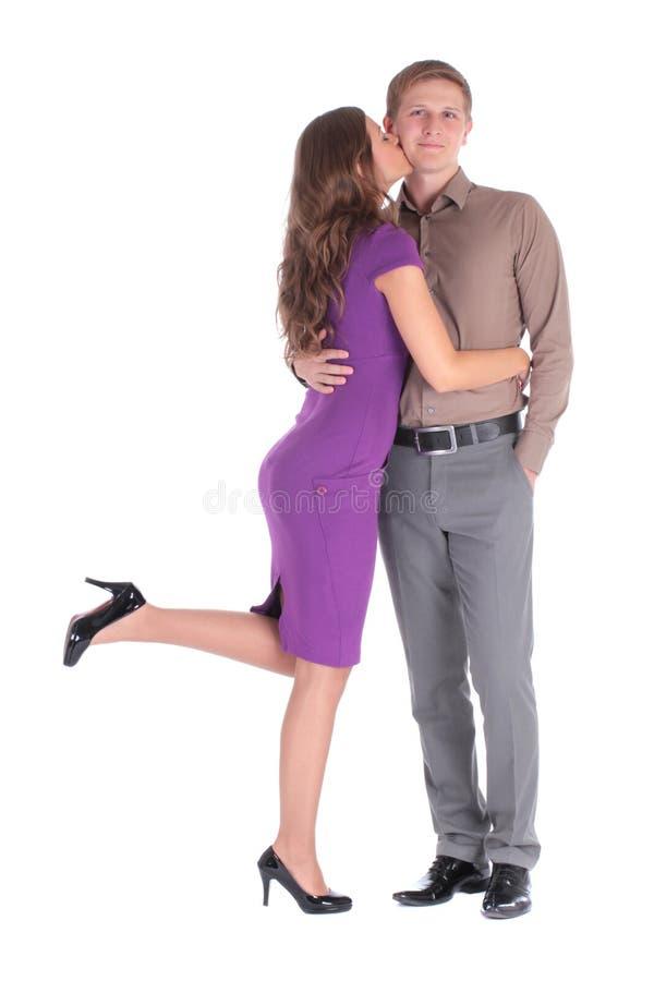 Femme soigneuse de jeunes dans l'amour embrassant son ami de sourire photographie stock
