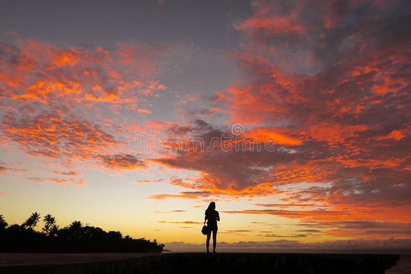 Femme soloe de voyageur et coucher du soleil incroyable d'île images stock