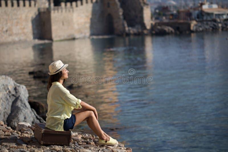 Femme soloe de voyageur par la mer image libre de droits