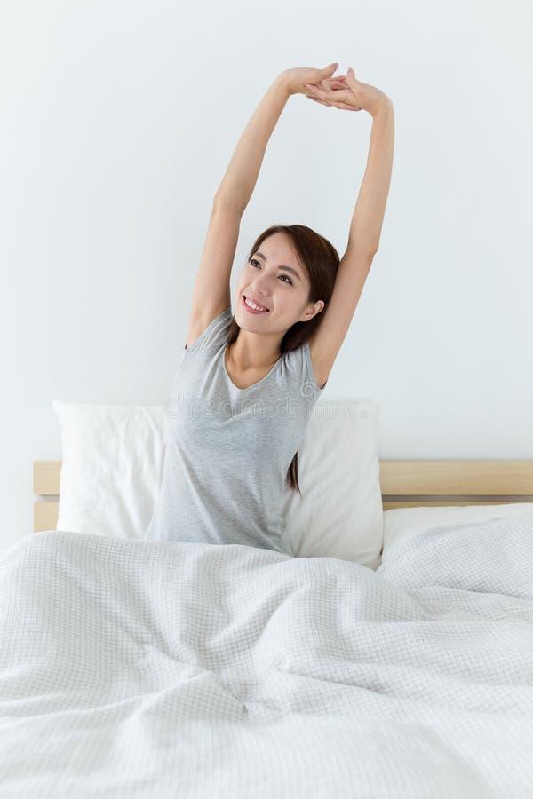 Femme somnolente fatiguée se réveillant et baîllant avec un bout droit tandis que SI images libres de droits