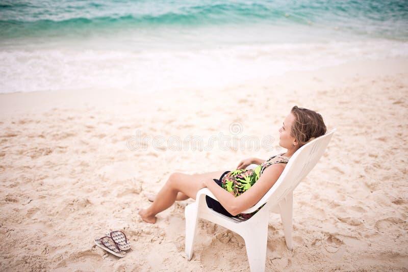 Femme songeur sur la plage photo libre de droits