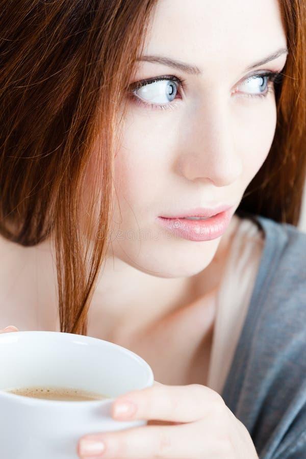 Femme songeuse avec la cuvette de thé photos stock