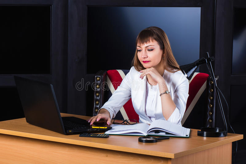 Femme songeuse d'affaires image stock