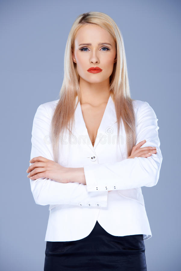 Femme sophistiquée d'affaires posant avec des bras croisés photo libre de droits