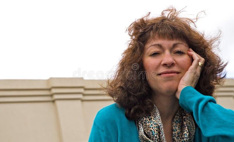 Femme soufflée par vent d'affaires image libre de droits