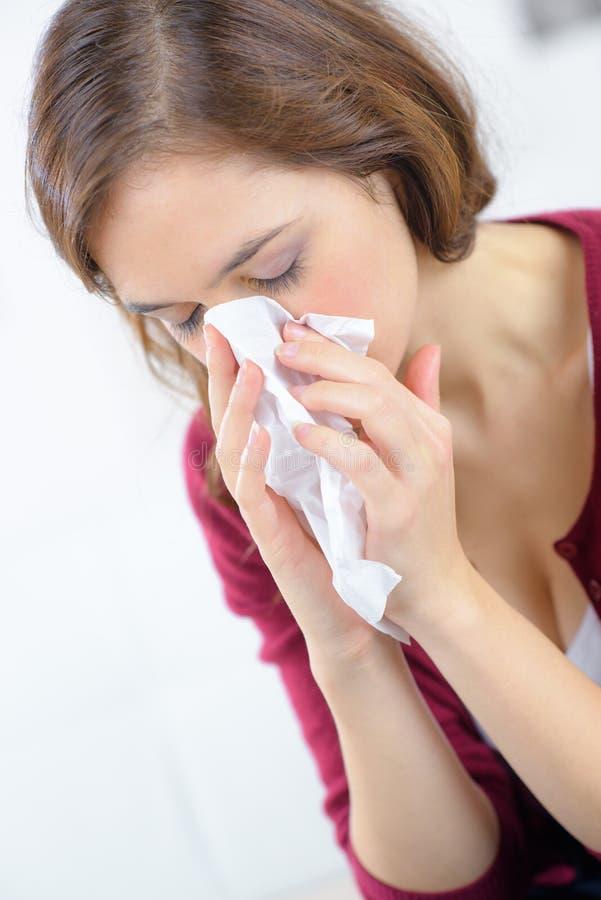 Femme soufflant son nez photographie stock libre de droits