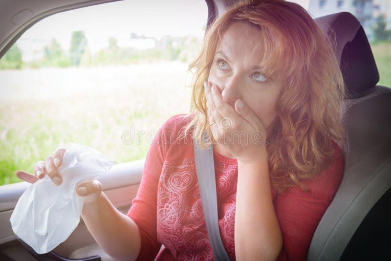 Femme souffrant de la cinétose photographie stock