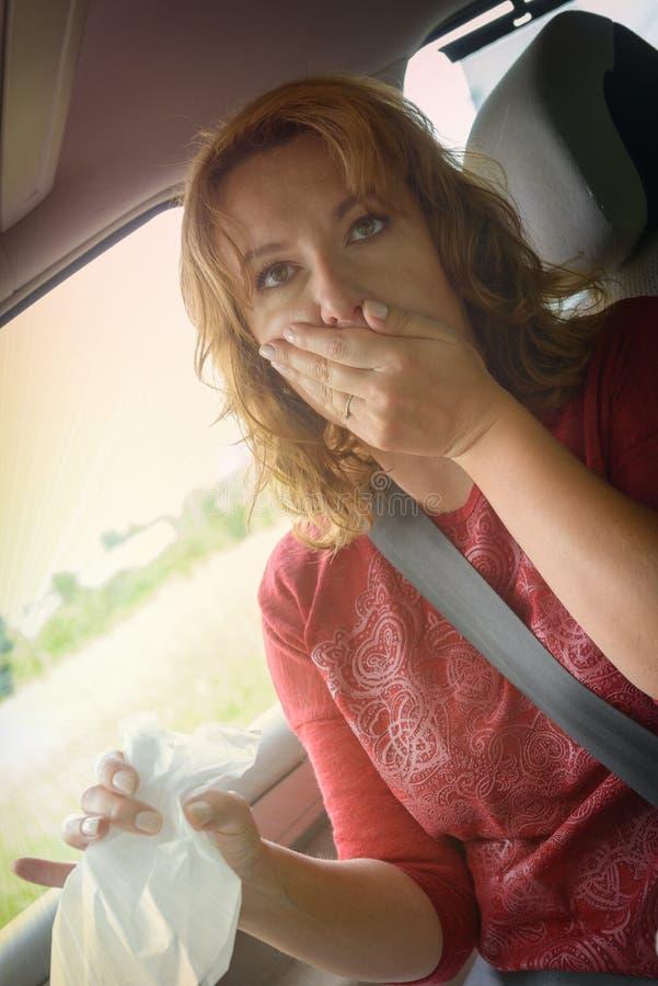 Femme souffrant de la cinétose photo stock