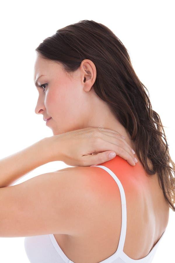Femme souffrant de la douleur d'épaule photographie stock