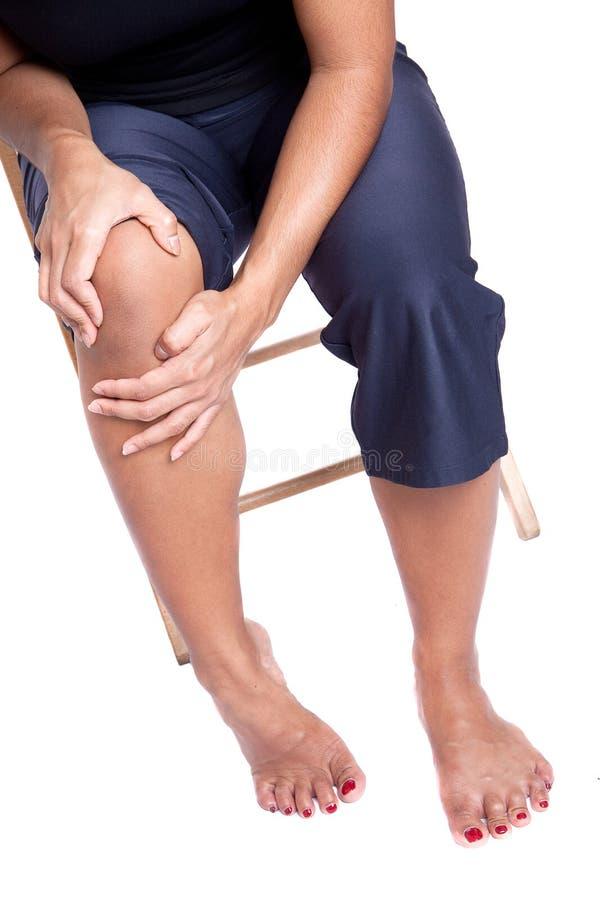 Femme souffrant de la douleur dans le kne photo stock