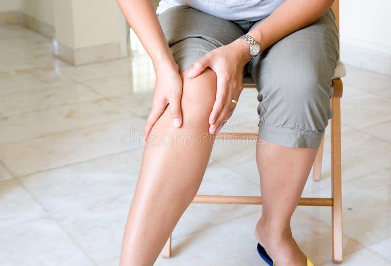 Femme souffrant de la douleur de genou photos libres de droits