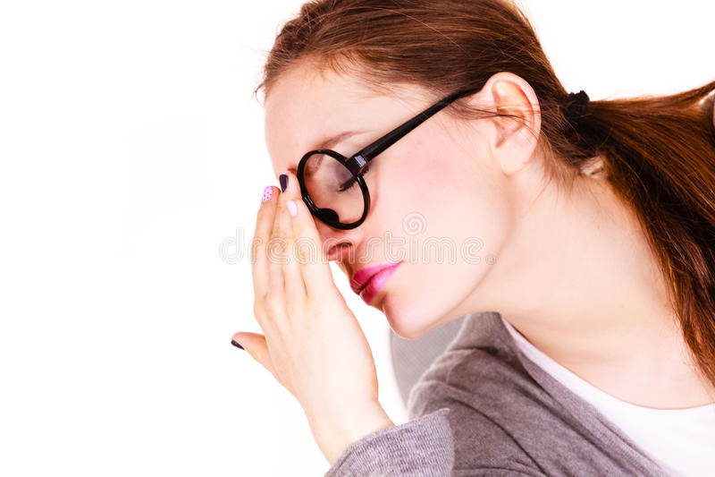 Femme souffrant de la douleur de sinus de mal de tête photographie stock libre de droits
