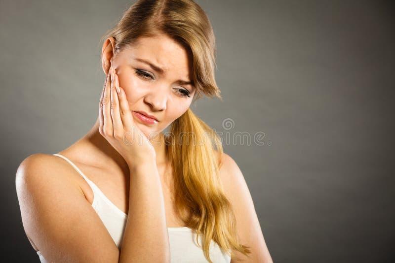 femme souffrant de la douleur de dent photos libres de droits