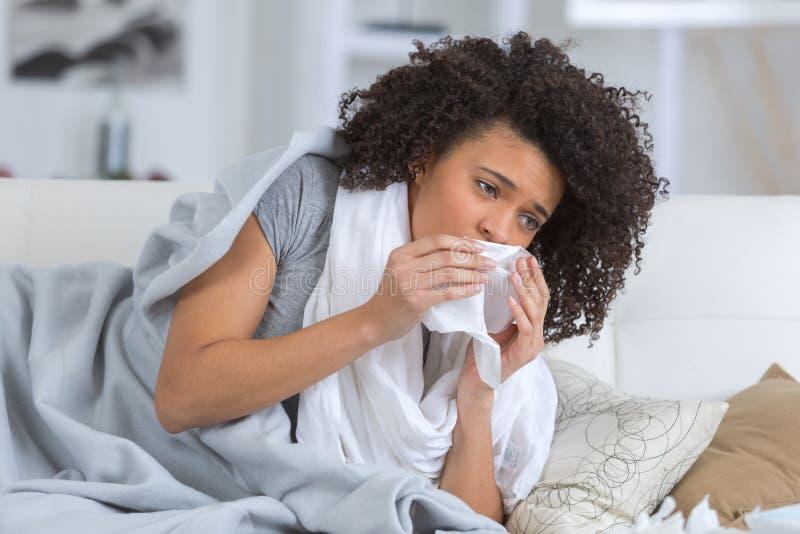 Femme souffrant de se situer froid dans le lit avec le tissu photo libre de droits