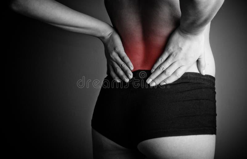 Femme souffrant des douleurs de dos photographie stock