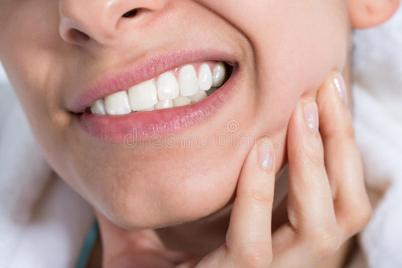 Femme souffrant du mal de dents photo libre de droits