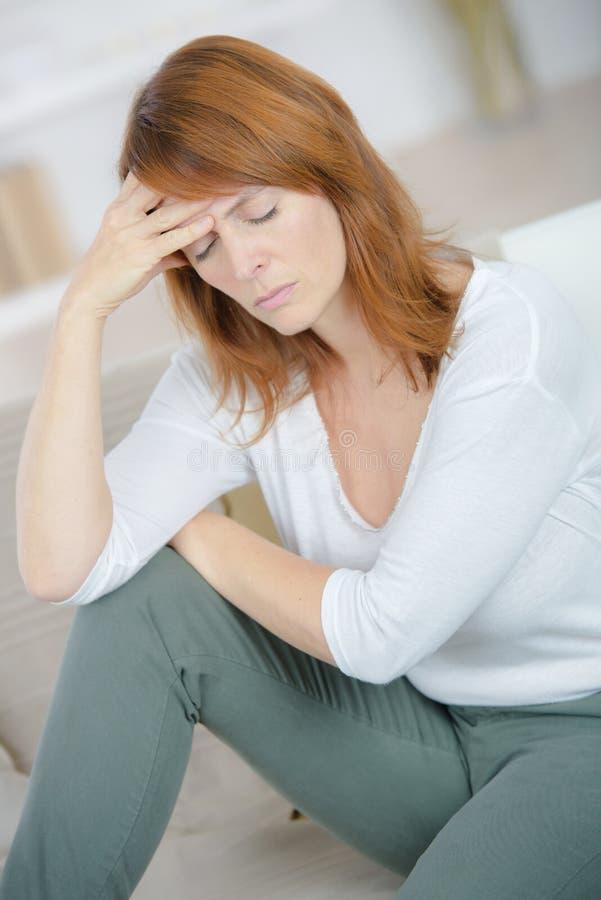 Femme souffrant du mal de tête à la maison image stock