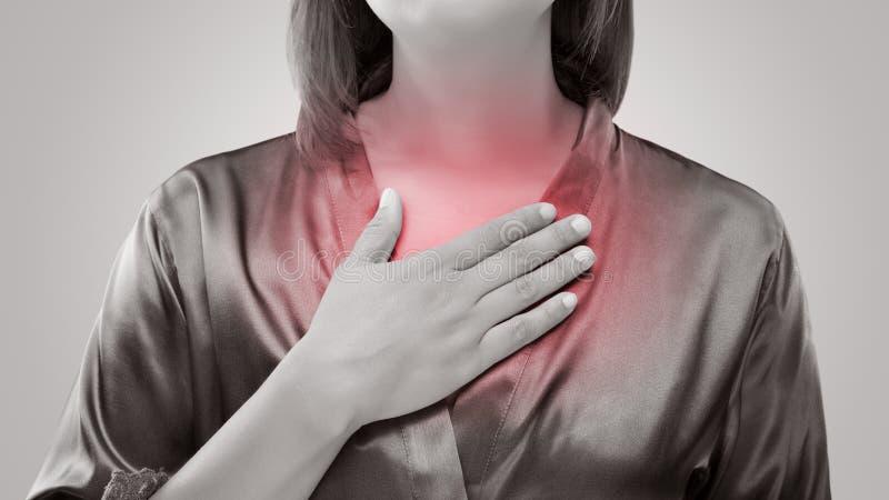Femme souffrant du reflux acide ou de la brûlure d'estomac photos stock