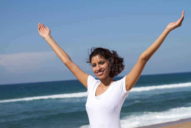 Femme soulevant des bras image libre de droits
