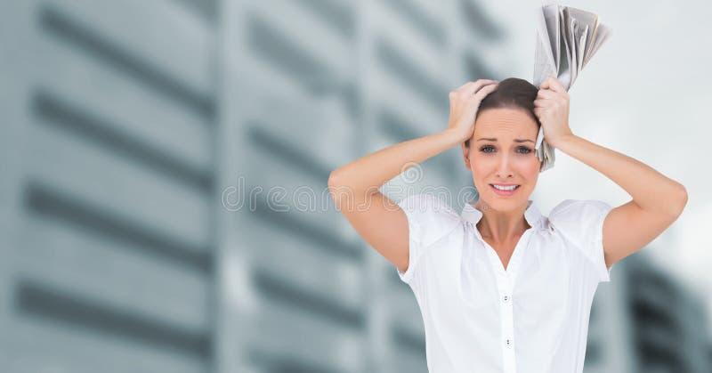 Femme soumise à une contrainte devant des édifices hauts image libre de droits