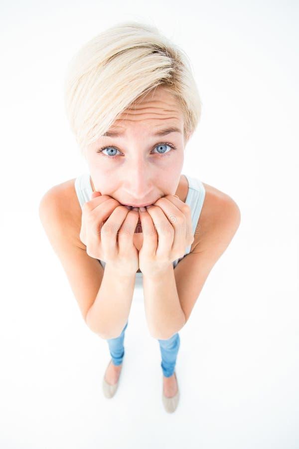 Femme soumise à une contrainte mordant ses ongles image libre de droits