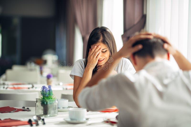 Femme soumise à une contrainte pleurante discutant avec un homme au sujet des problèmes Réaction à l'événement négatif, manipulan image libre de droits