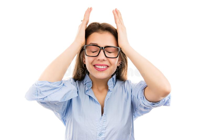 Femme soumise à une contrainte serrant la tête avec des mains image libre de droits
