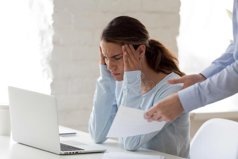 Femme soumise à une contrainte surchargée fatiguée du patron et du travail image libre de droits
