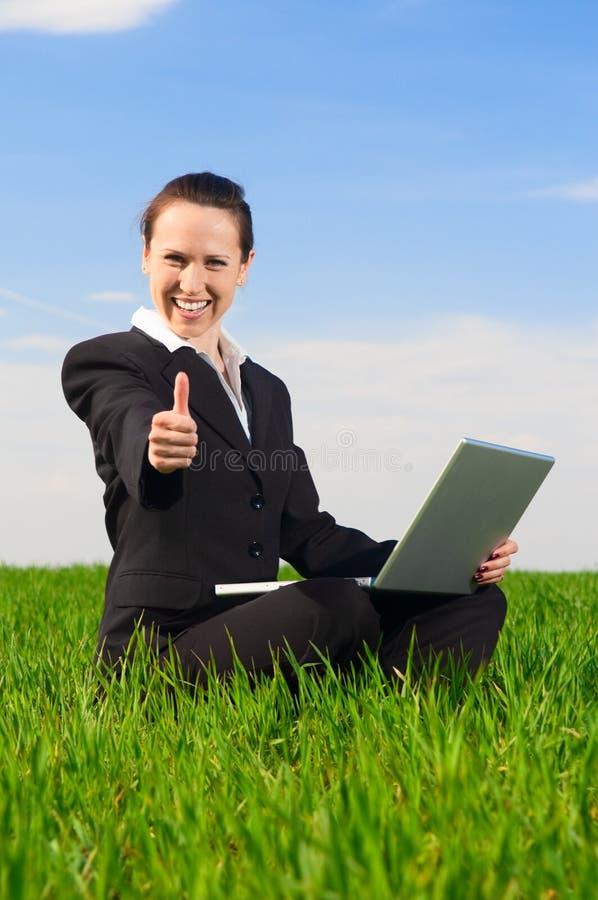 Femme souriant affichant des pouces vers le haut image stock