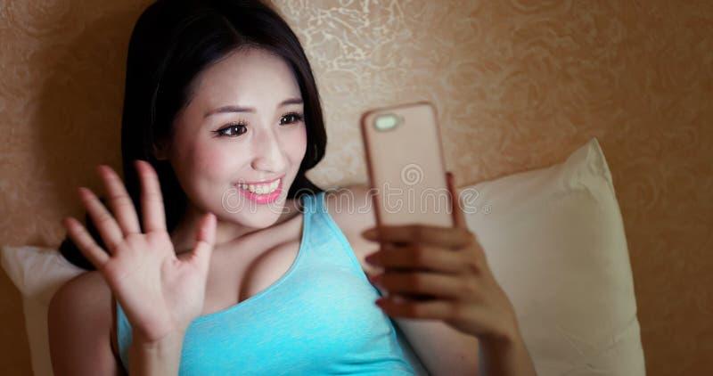 Femme souriant au téléphone vivant photographie stock libre de droits
