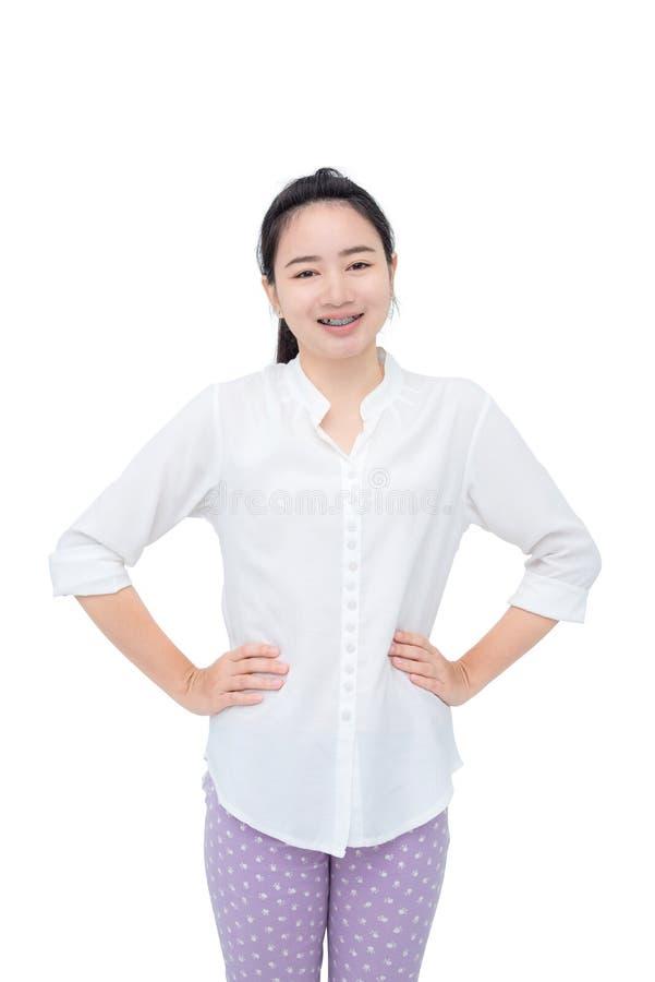Femme souriant avec l'accolade de dents au-dessus du blanc photos libres de droits