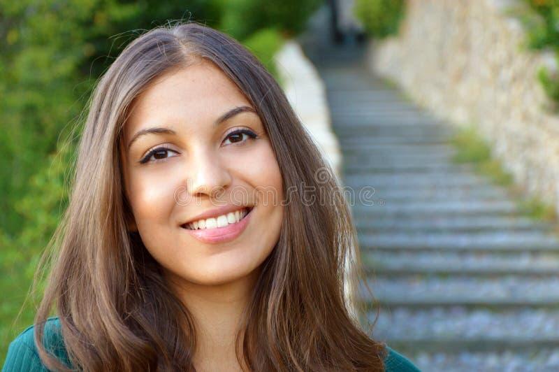 Femme souriant avec le sourire parfait et les dents blanches extérieurs et regardant l'appareil-photo Copyspace image stock