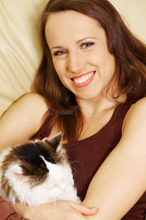 Femme souriant avec son animal familier photo stock