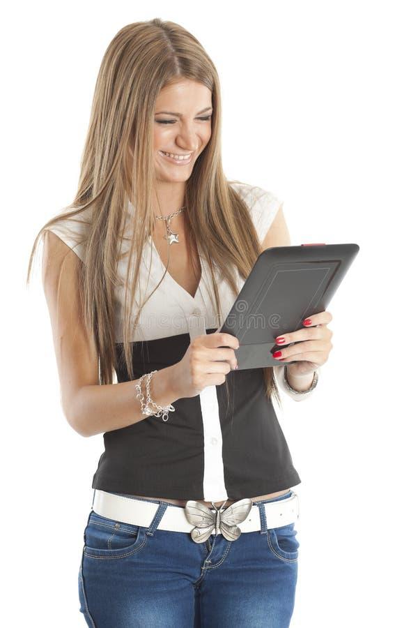 Femme souriant et retenant l'ordinateur de tablette photographie stock libre de droits
