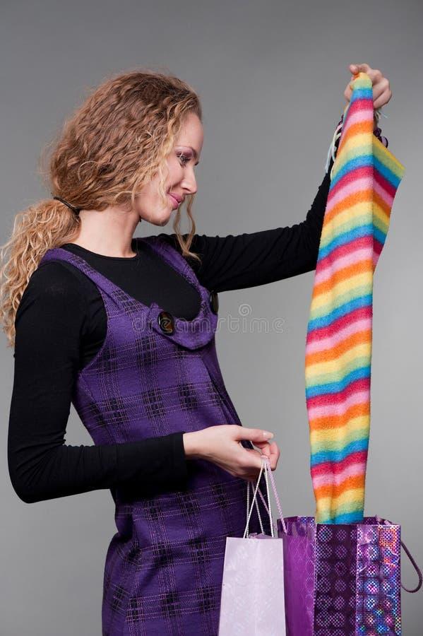 Femme souriant regardant ses achats photos libres de droits
