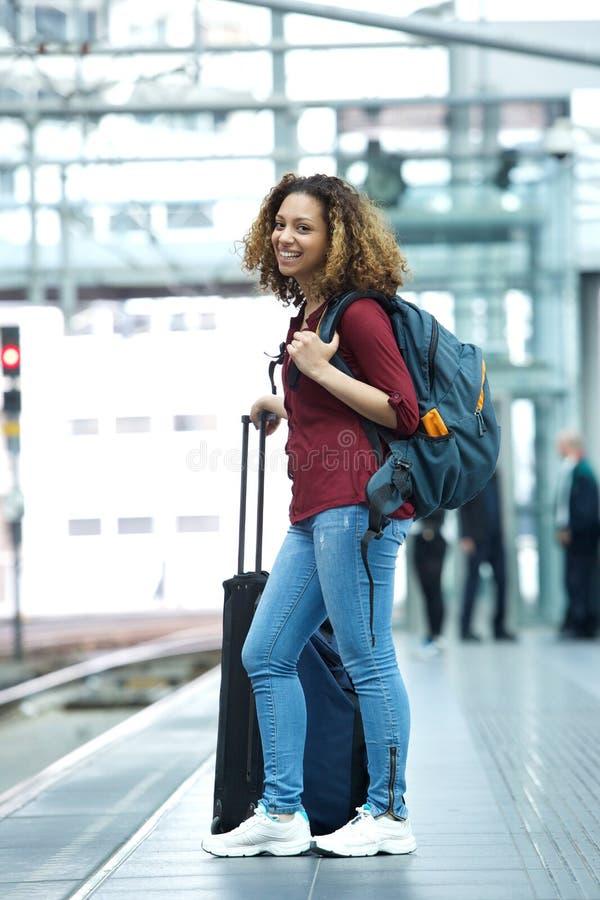 Femme souriant sur la plate-forme de station de train image libre de droits