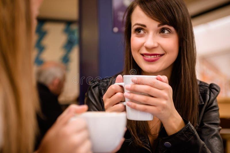 Femme souriant tout en ayant le café photographie stock