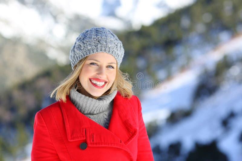 Femme souriant vous regardant en hiver photo libre de droits