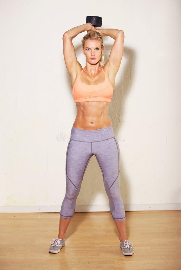 Femme sportif soulevant un haltère image stock