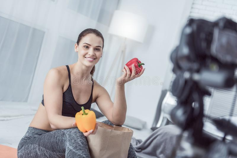 Femme sportive agréable parlant au sujet de la nourriture saine photographie stock