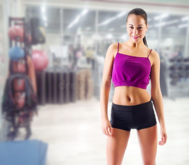 Femme sportive au centre de fitness images libres de droits