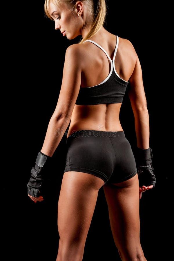 Femme sportive au-dessus de fond foncé images stock